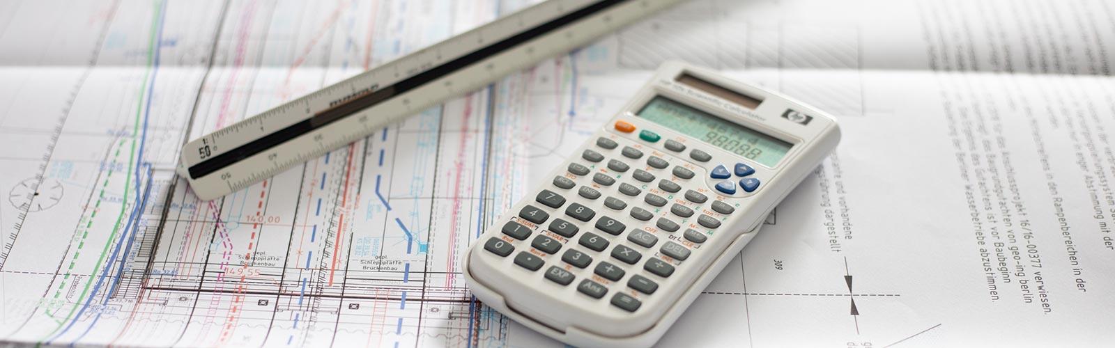 Plan mit Maßstab und Taschenrechner